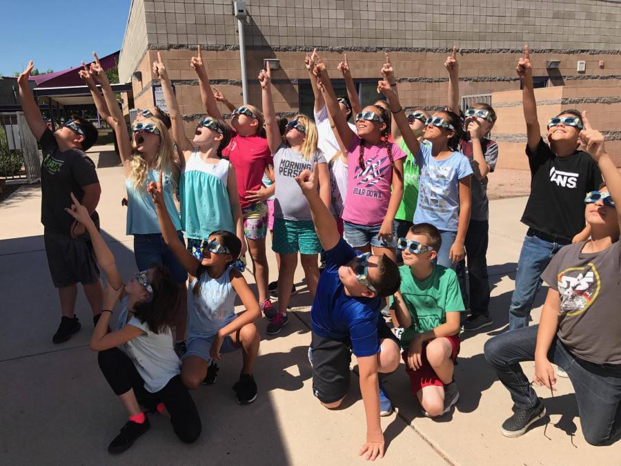 Los niños que miran total solar eclipse