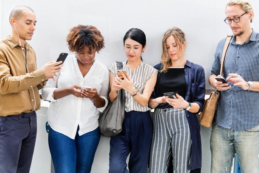 La gente viendo el Eclipse solar en sus celulares