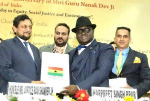 H.E. Dr. Michael Aaron Nii Nortey Oquaye, Esq presents Honorable Justice Shri Sharad Arvind Bobde, Chief Justice of India and other dignitaries, mementos from Ghana.