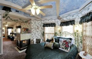 Each of Holden House' romantic suites boast private baths
