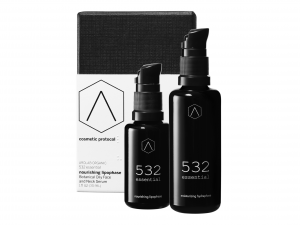 The image contains, towards the background, the box of 532 essential Cosmetic Protocol by AROLAB organic.  In front of the box are the 2 bottles : the Moisturizing Hydraphase serum and the Nourishing Lipophase serum.