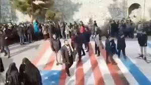 Crowds in Tehran refuse to walk on U.S flag