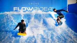 El simulador de surfing es una de las muchas atracciones que hacen a este resort un destino para inversores y turistas visitando los parques temáticos