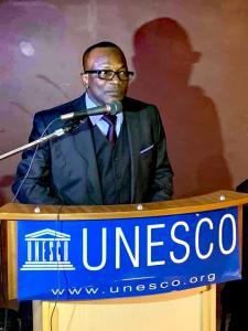 Dr Oumar Keita au siège de l'UNESCO présentant la découverte à partir du Baiser de 1905 de Brancusi