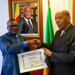 Dr Oumar Keita avec le Pr Sélassié et le diplôme du mérite et dévouement Français