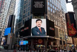 El Dr. Florian Kongoli apareció en Time Square en la ciudad de Nueva York los días 7, 10 y 11 de agosto de 2020, con motivo de convertirse en Ciudadano Honorario de Río de Janeiro