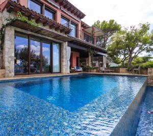 Luxuriate in an infinity-edge pool that seems to blend into the ocean.