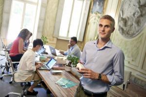 Giuseppe Giordano, CEO e CO-fondatore Di Enerbrain con in mano il sensore sviluppato dall'azienda per monitorare comfort e qualità dell'aria negli edifici.