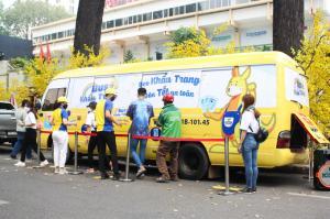 Chiếc xe buýt tặng khẩu trang miễn phí đậu trước cổng Nhà văn hóa Thanh niên, quận 1. Ảnh: Diệp Phan