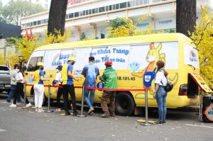 A bus on Saturday caught the eyes of passers-by at the Ho Chi Minh City Youth Culture House thanks to its outstanding yellow color as well as the free face masks it automatically released.