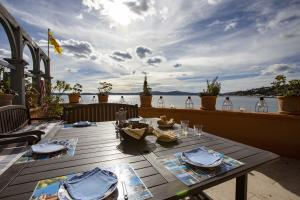 Make use of the fabulous outdoor kitchen on any of Sainte-Maxime's 300 sunny days per year.