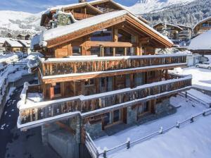 Free standing Chalet Maurine is nestled in the heart of the vibrant ski resort of Verbier, three minutes walk from the Médran ski lift station.
