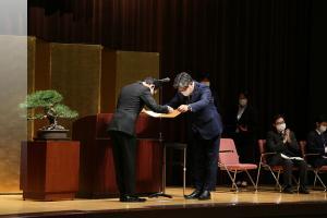 EKO Instruments President Hasegawa receiving the Science & Technology Award from Minister Hagiuda