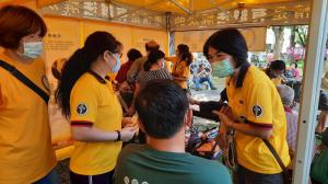Volunteer Ministers from the Church of Scientology of Kaohsiung brought their bright yellow tent to a Mother's Day festival to provide practical help to improve life.