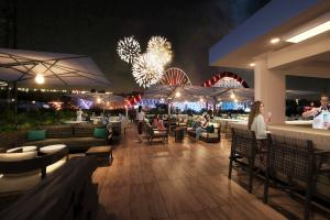 The Westin Anaheim Resort RISE Roof Top Lounge