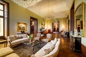 Its recent renovation, which was completed in 2018, has breathed new life and modernity into each of its rooms, from herringbone parquet floors to soaring cathedral ceilings.