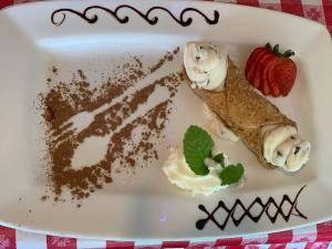 InaMinute 9 Year Old Girl reviews restaurant Luisa's #inaminute #momandmelunch #foodiekidgig www.MomandMeLunch.com