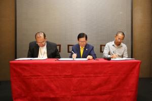 Președintele HWPL Lee Man-hee (centru), ES Fernado Robles Capalla, DD, Arhiepiscop Emerit al Arhiepiscopiei Davao (stânga), și E