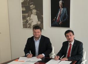 Dr. Florian Kongoli a rektor Univerzity Tomáše Bati ve Zlíně prof. Vladimír Sedlařík podepisují dohodu o partnerství mezi Univerzitou Tomáše Bati ve Zlíně a společností FLOGEN