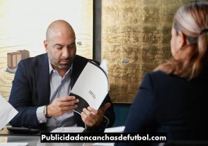 Jose Eshkenazi Publicidad en canchas de futbol