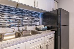 "<img src=""lakewood oaks apartments in Jacksonville, FL"" alt=""kitchen"">"