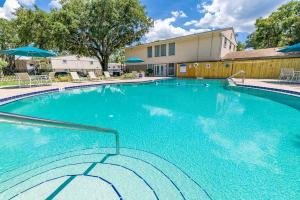 "<img src=""lakewood oaks apartments in Jacksonville, FL"" alt=""swimming pool"">"
