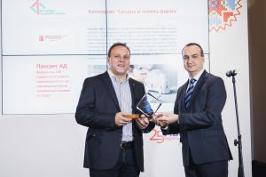 Chavdar Zlatev, Member of the Board and Executive Director of Fibank, presents an award
