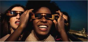 Las mujeres que llevan gafas de Eclipse solar