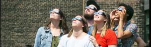 Las personas que observan el Eclipse solar total