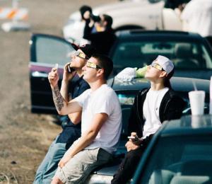 Los hombres miran el Eclipse solar total