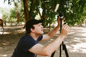 Hombre fotografiando Eclipse con el teléfono de venta
