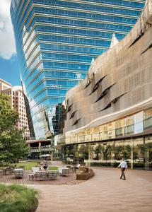The Cesar Pelli design features a sheer glass façade, roof-top terrace and one-acre outdoor piazza that provide a creative space for office customers and connects McKinney & Olive with the community.