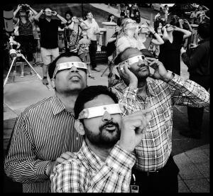 Los hombres observando con seguridad el Eclipse total del sol