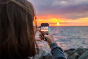 mujer tomando fotos con el teléfono celular