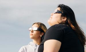 as mujeres que observan el Eclipse
