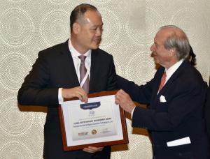 Wang Maolin(Left) won the Global CSR Technology Advancement Award.